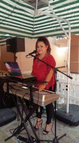 Decon Parasol With Tipsy Singer